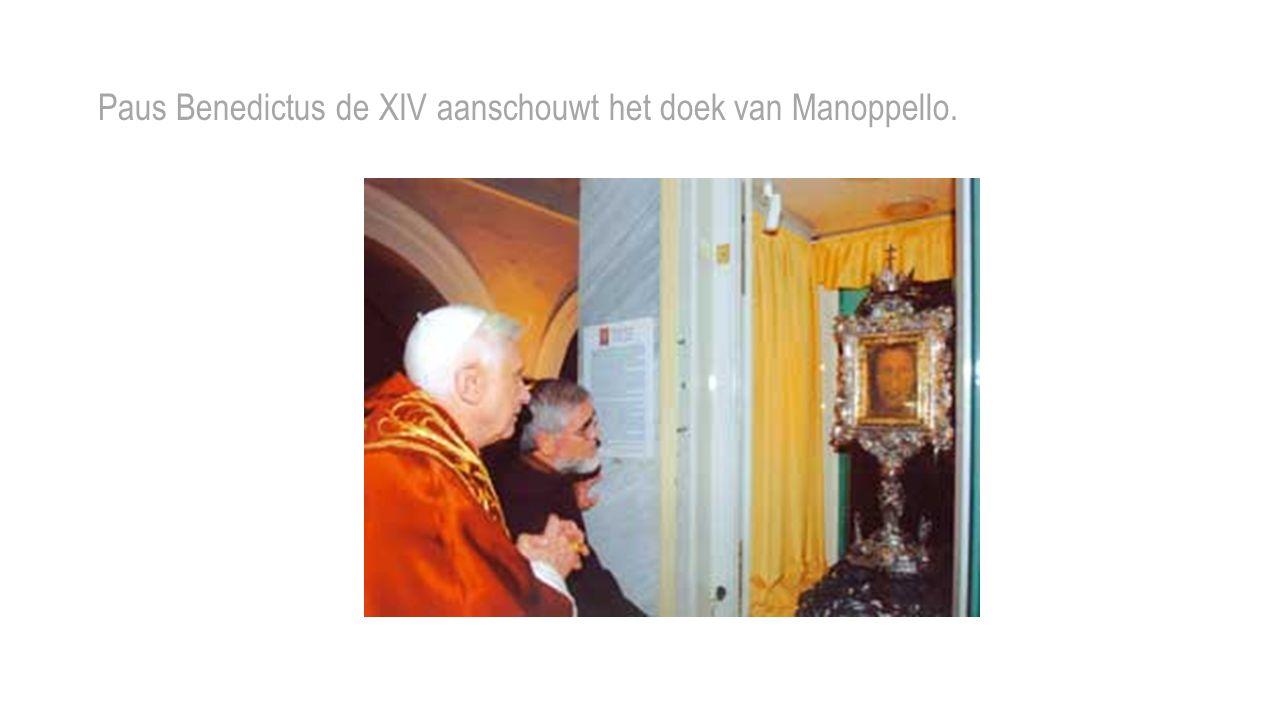 Paus Benedictus de XIV aanschouwt het doek van Manoppello.