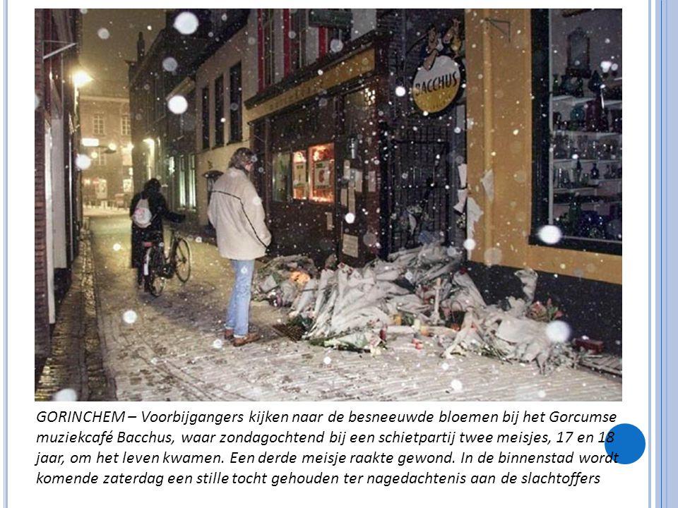 GORINCHEM – Voorbijgangers kijken naar de besneeuwde bloemen bij het Gorcumse muziekcafé Bacchus, waar zondagochtend bij een schietpartij twee meisjes