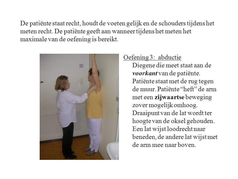 De patiënte staat recht, houdt de voeten gelijk en de schouders tijdens het meten recht.