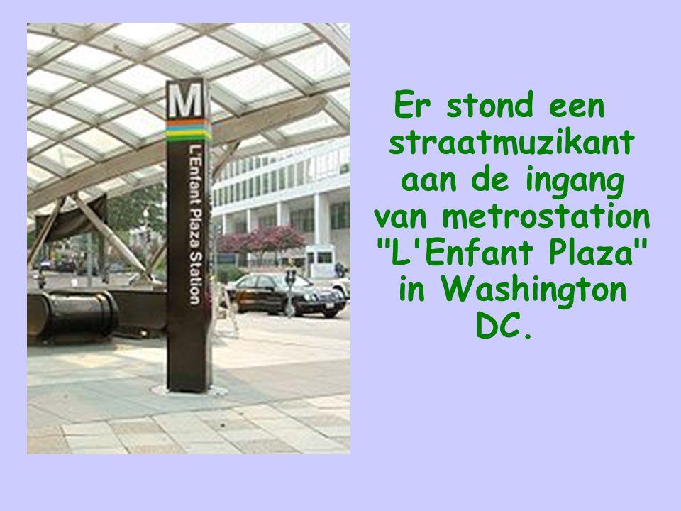 Er stond een straatmuzikant aan de ingang van metrostation L Enfant Plaza in Washington DC.