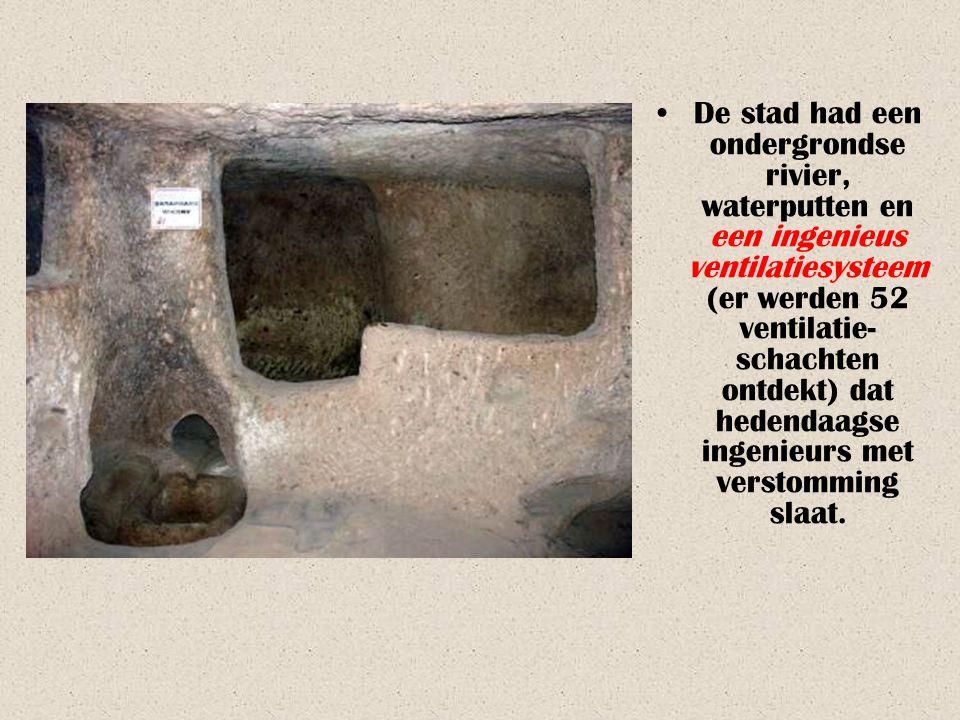 •Op de ontdekte niveaus vond men eetkamers, een kruisvormige kerk van 20 op 9 meter met een dak van meer dan 3 m hoog, keukens (zwartgerookt door de v