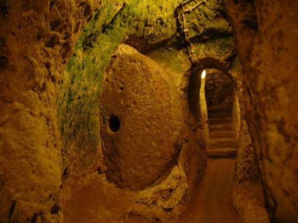 In 1963, toen een inwoner van DERINKUYU (in de regio Cappadocië, centraal Anatolië, Turkije), een wand van zijn grotwoning neerhaalde, ontdekte hij to