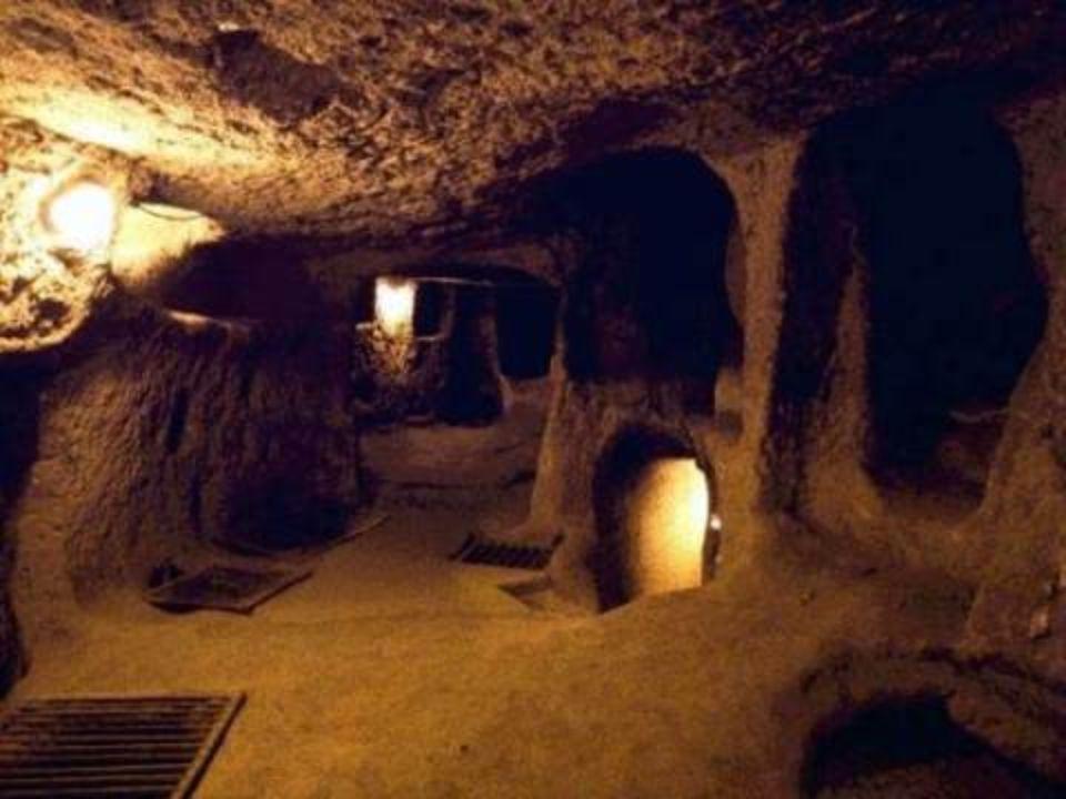 •D•De stad werd gebruikt als toevluchtsoord voor duizenden mensen. Die leefden onder de grond om zich te beschermen tegen de frequente invasies van Ca