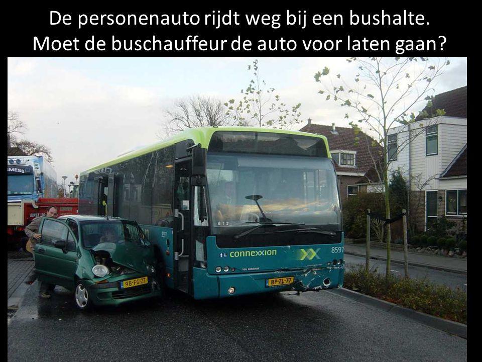De personenauto rijdt weg bij een bushalte. Moet de buschauffeur de auto voor laten gaan?