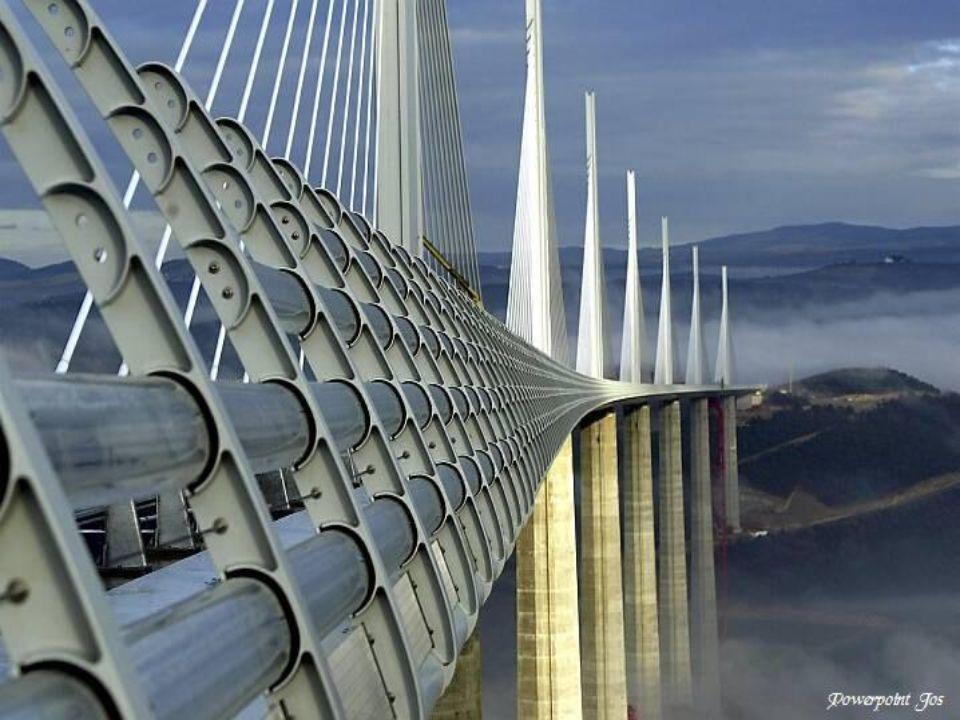 Op alle betonnen pijlers en stalen tijdelijke steunpijlers worden hydraulische duwsystemen geplaatst om het brugdek van het viaduct van Millau naar vo