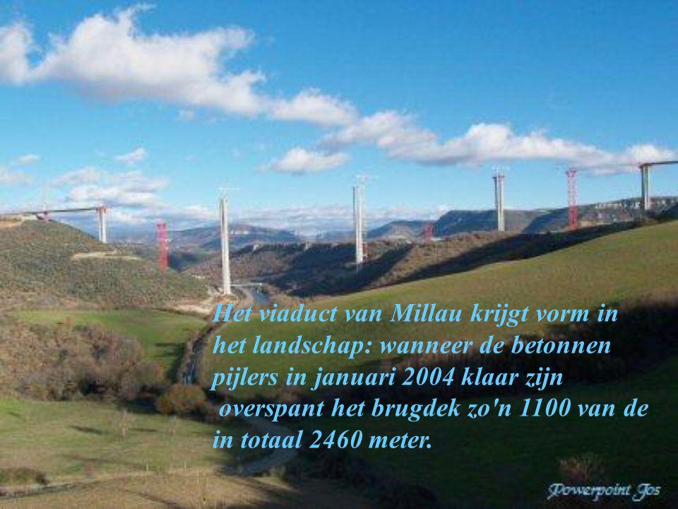 Het viaduct van Millau krijgt vorm in het landschap: wanneer de betonnen pijlers in januari 2004 klaar zijn overspant het brugdek zo n 1100 van de in totaal 2460 meter.