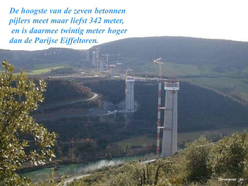 Het viaduct van Millau krijgt vorm in het landschap: wanneer de betonnen pijlers in januari 2004 klaar zijn overspant het brugdek zo'n 1100 van de in
