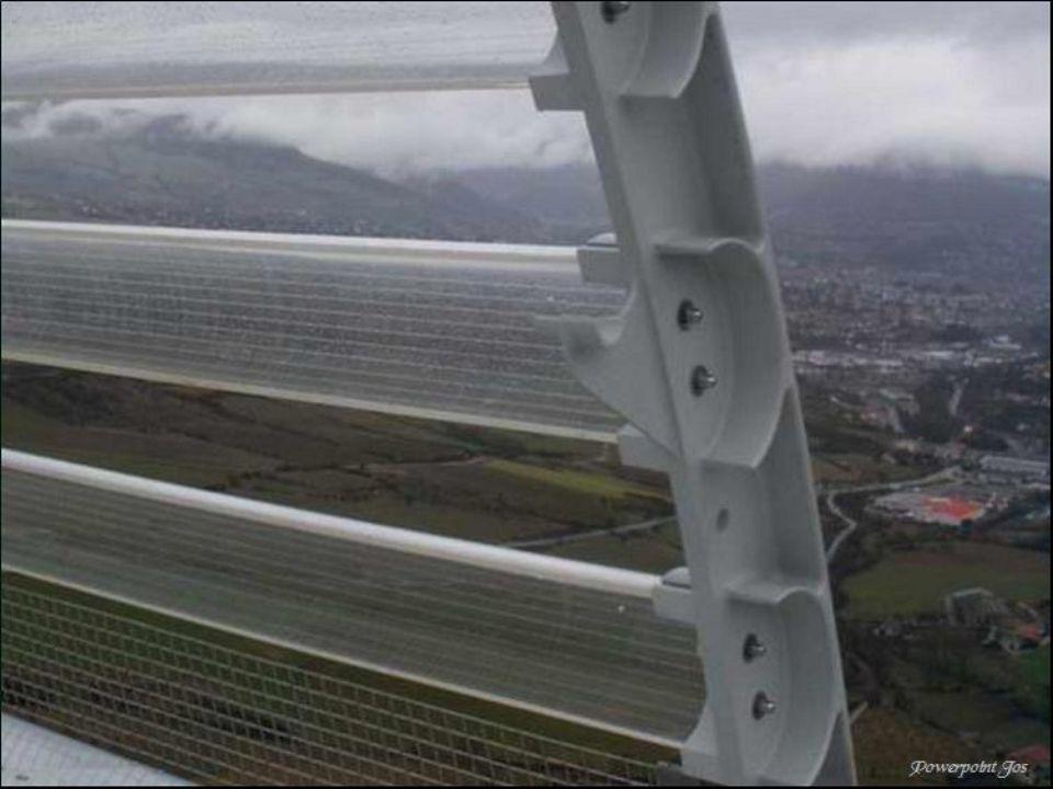 Het gevaarte is ontworpen door de Britse architect Norman Foster die zelfs spreekt van een sculptuur in het landschap .