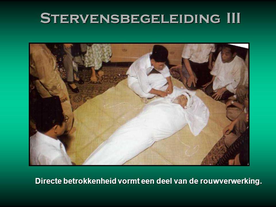 Stervensbegeleiding III Stervensbegeleiding III Als de familie er toe in staat is, doen de naaste familieleden het zelf. Echter, aan de grotere moskee