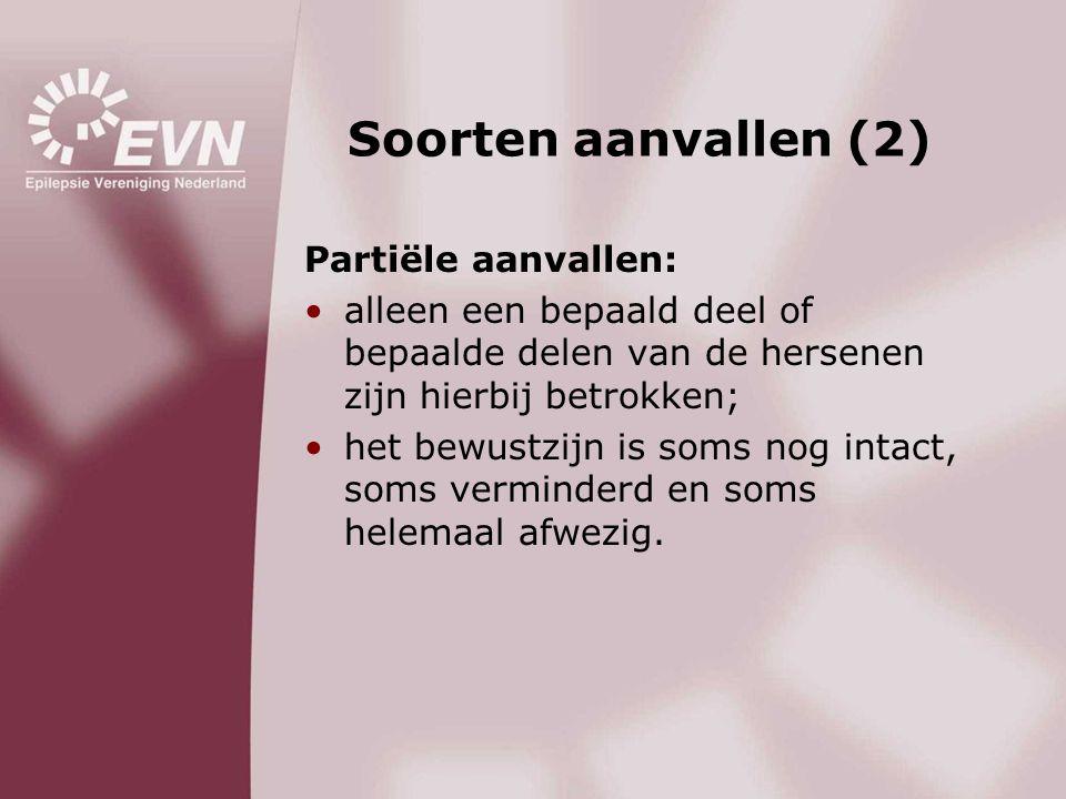 Soorten aanvallen (2) Partiële aanvallen: •alleen een bepaald deel of bepaalde delen van de hersenen zijn hierbij betrokken; •het bewustzijn is soms n