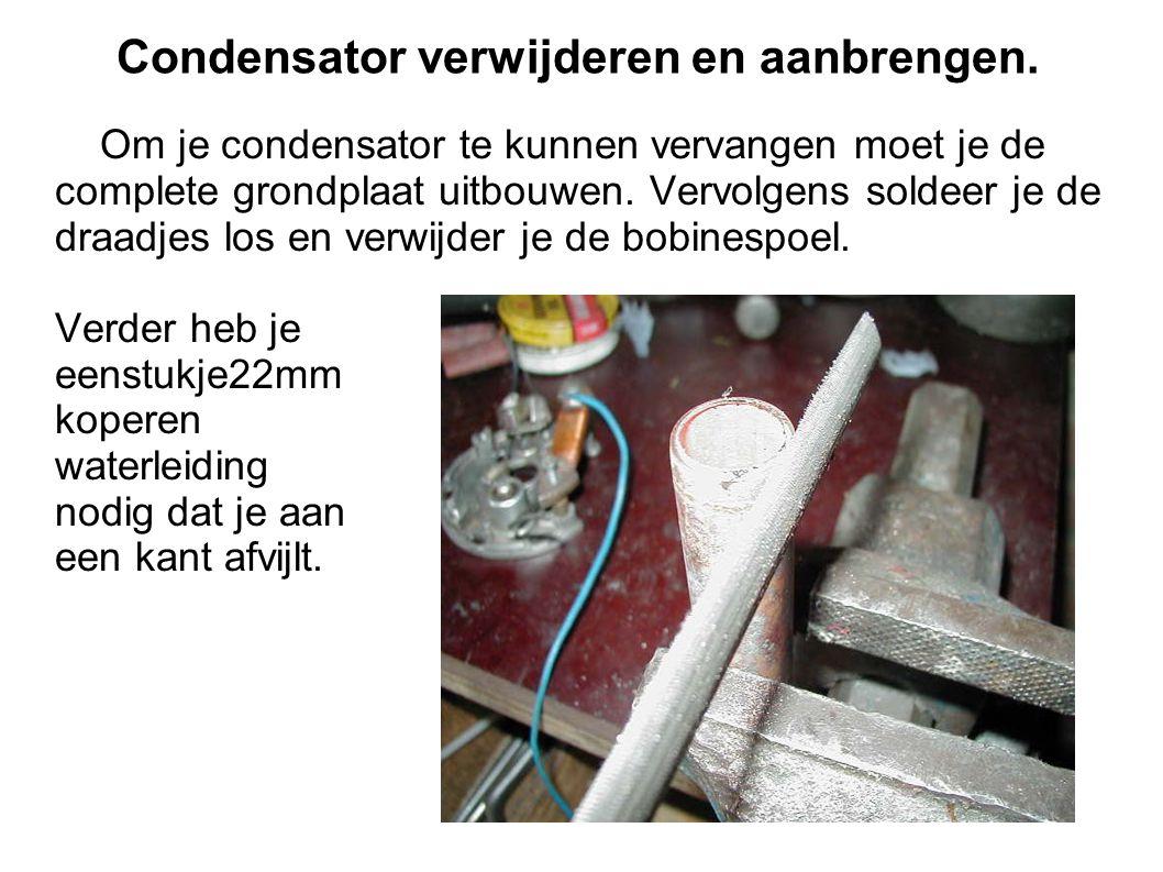 Condensator verwijderen en aanbrengen.