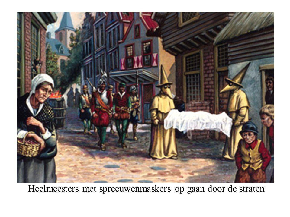 Heelmeesters met spreeuwenmaskers op gaan door de straten