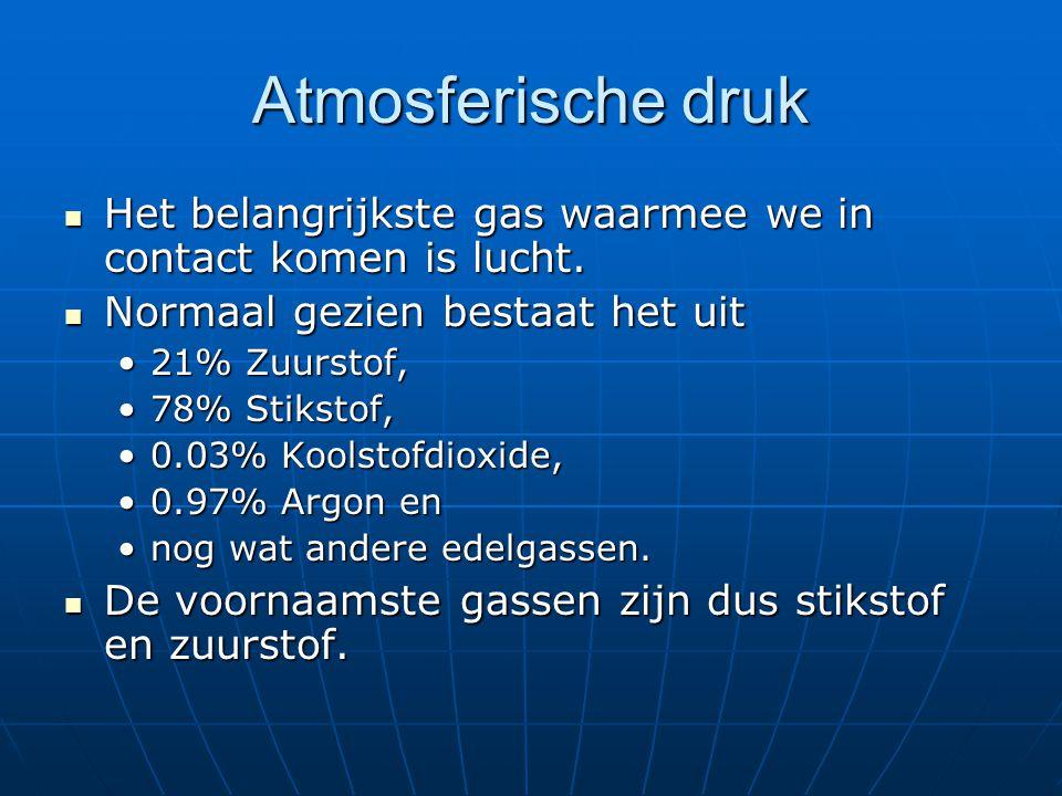 Atmosferische druk  De massa van 1 liter lucht bij normale atmosferische druk en bij 0 ºCelsius is 1,29 gr (afgerond 1,3 gr)  Voor berekeningen is het voldoende 20% O en 80% N 2  Voor berekeningen is het voldoende 20% O 2 en 80% N 2  Atmosferische druk schommelt met de weersomstandigheden: ligt steeds rond de 1,013 bar (1013 mbar) afronden naar 1 bar.