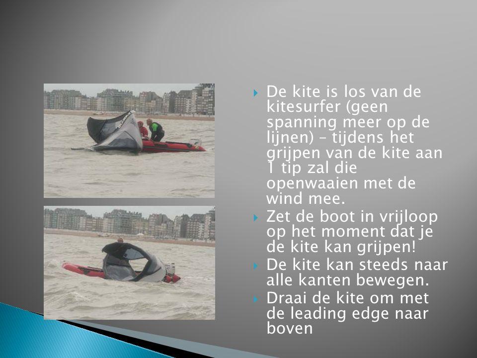  De kite is los van de kitesurfer (geen spanning meer op de lijnen) – tijdens het grijpen van de kite aan 1 tip zal die openwaaien met de wind mee. 