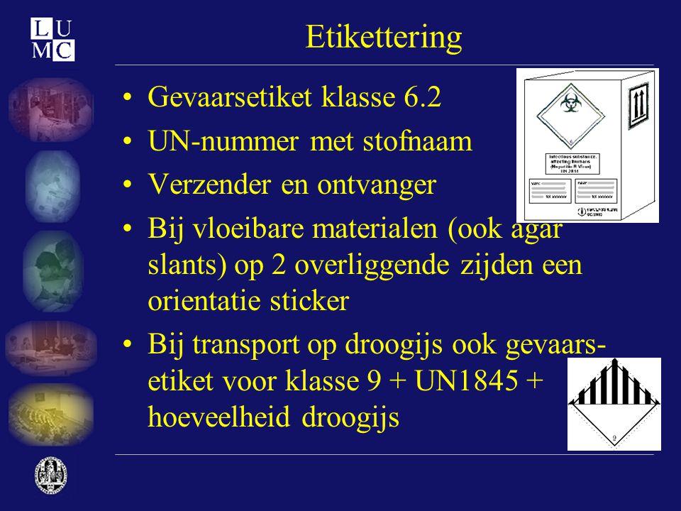 Etikettering •Gevaarsetiket klasse 6.2 •UN-nummer met stofnaam •Verzender en ontvanger •Bij vloeibare materialen (ook agar slants) op 2 overliggende z