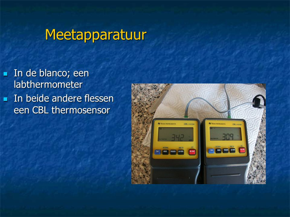 Meetapparatuur IIIIn de blanco; een labthermometer IIIIn beide andere flessen een CBL thermosensor