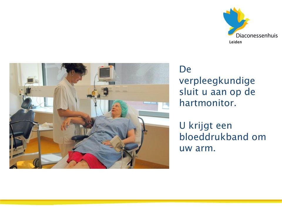 De verpleegkundige sluit u aan op de hartmonitor. U krijgt een bloeddrukband om uw arm.