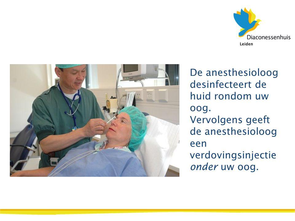 De anesthesioloog desinfecteert de huid rondom uw oog. Vervolgens geeft de anesthesioloog een verdovingsinjectie onder uw oog.