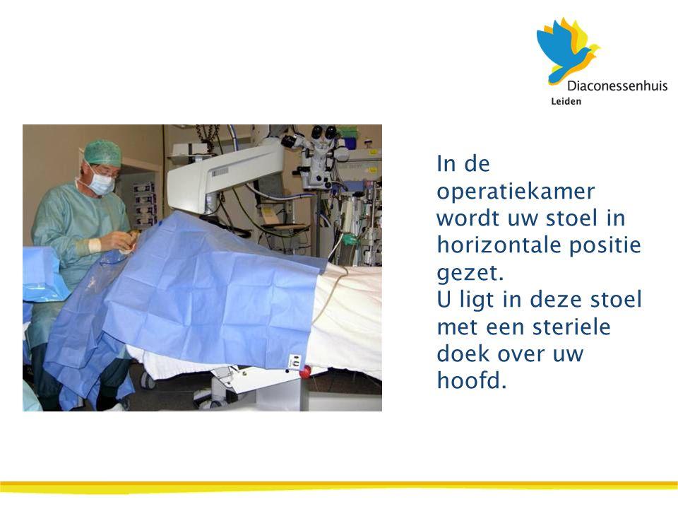 In de operatiekamer wordt uw stoel in horizontale positie gezet. U ligt in deze stoel met een steriele doek over uw hoofd.