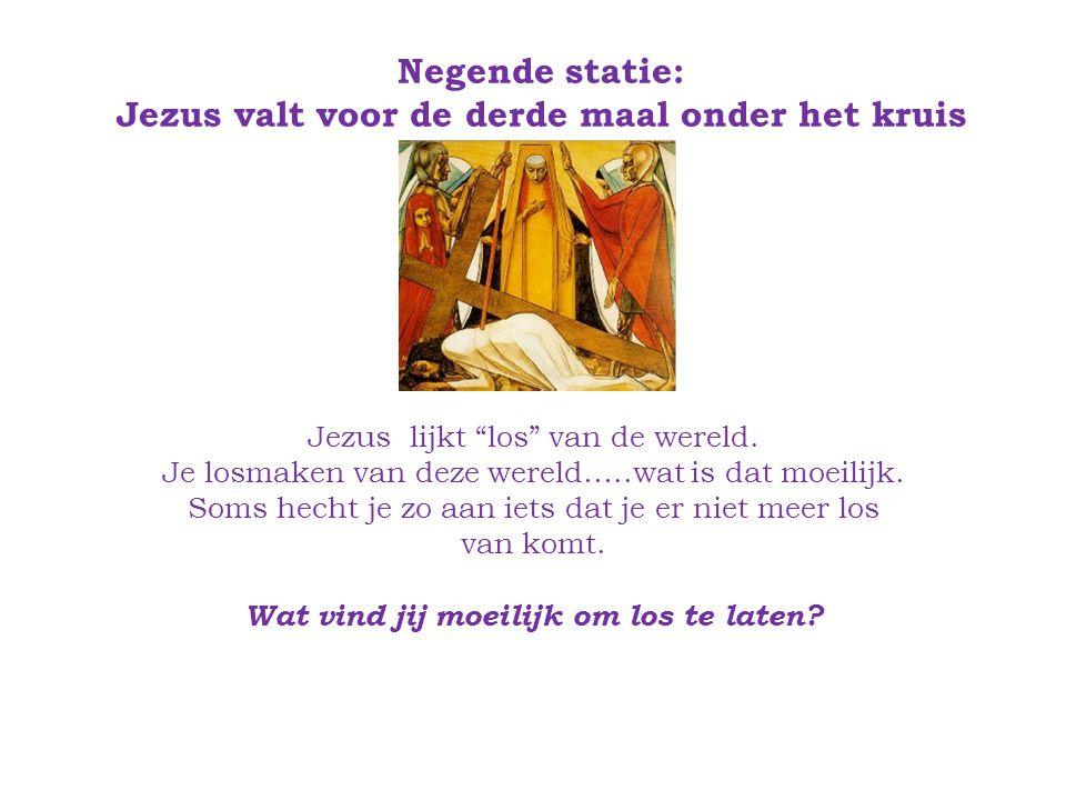 Negende statie: Jezus valt voor de derde maal onder het kruis Jezus lijkt los van de wereld.
