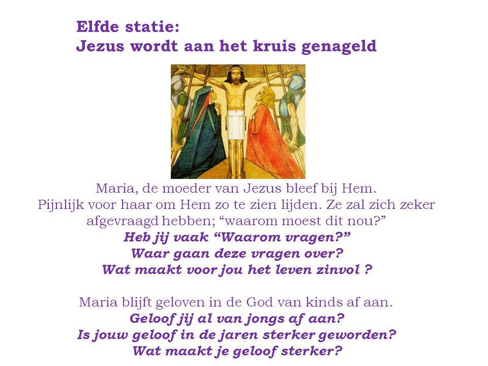 Elfde statie: Jezus wordt aan het kruis genageld.Maria, de moeder van Jezus bleef bij Hem.