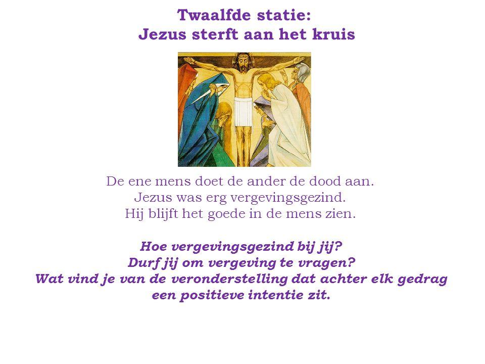 Twaalfde statie: Jezus sterft aan het kruis De ene mens doet de ander de dood aan.