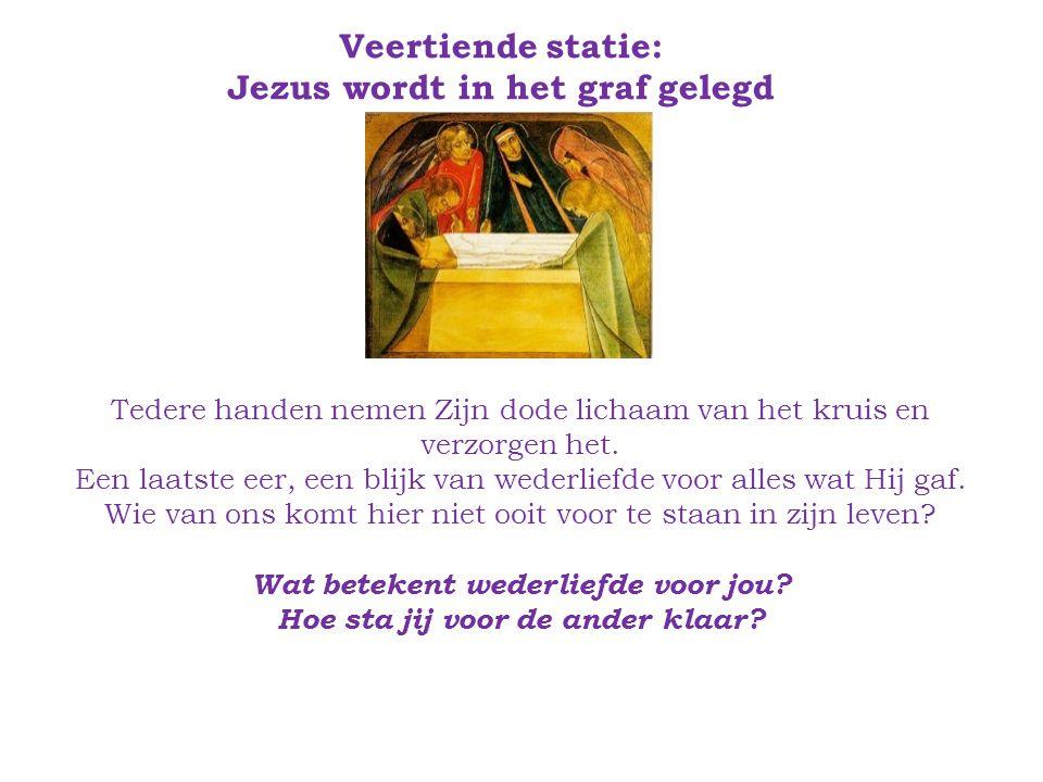 Veertiende statie: Jezus wordt in het graf gelegd Tedere handen nemen Zijn dode lichaam van het kruis en verzorgen het.