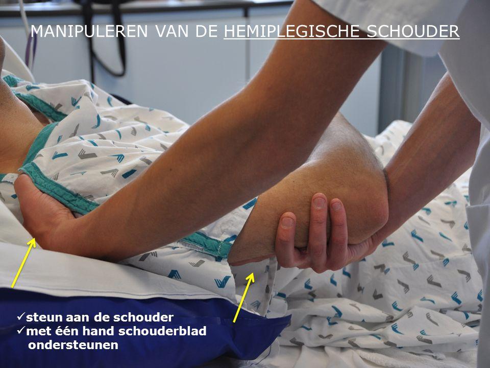 MANIPULEREN VAN DE HEMIPLEGISCHE SCHOUDER  steun aan de schouder  met één hand schouderblad ondersteunen