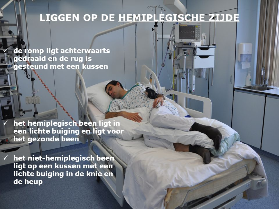 LIGGEN OP DE HEMIPLEGISCHE ZIJDE  de romp ligt achterwaarts gedraaid en de rug is gesteund met een kussen  het hemiplegisch been ligt in een lichte