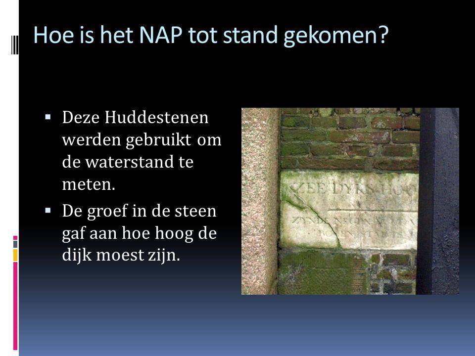 Hoe is het NAP tot stand gekomen?  Burgemeester Hudde liet 8 marmeren stenen met een groef inmetselen op precies 9 voet en 5 duim (2,67 meter) boven