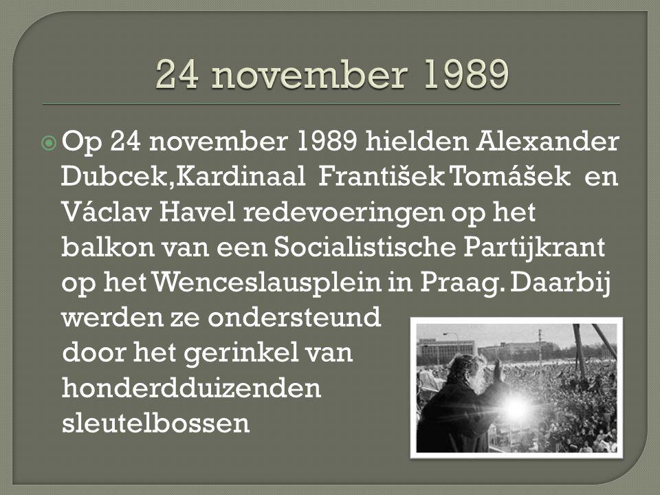  Op 24 november 1989 hielden Alexander Dubcek,Kardinaal František Tomášek en Václav Havel redevoeringen op het balkon van een Socialistische Partijkrant op het Wenceslausplein in Praag.