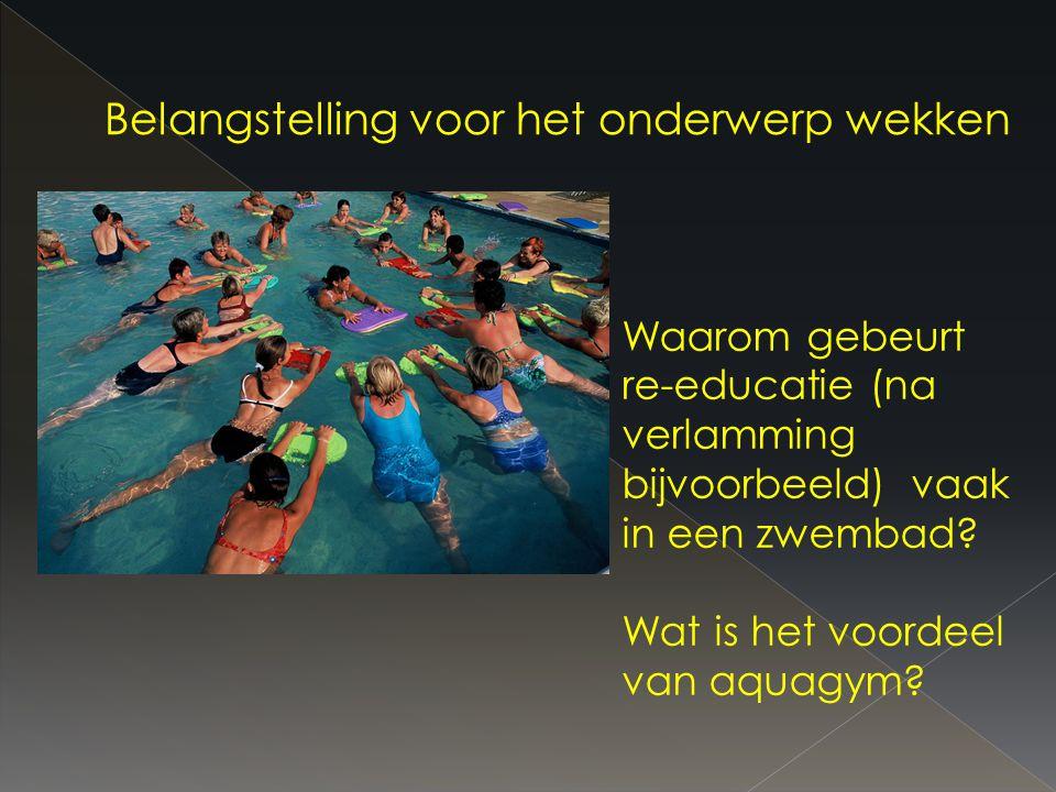 Waarom gebeurt re-educatie (na verlamming bijvoorbeeld) vaak in een zwembad.