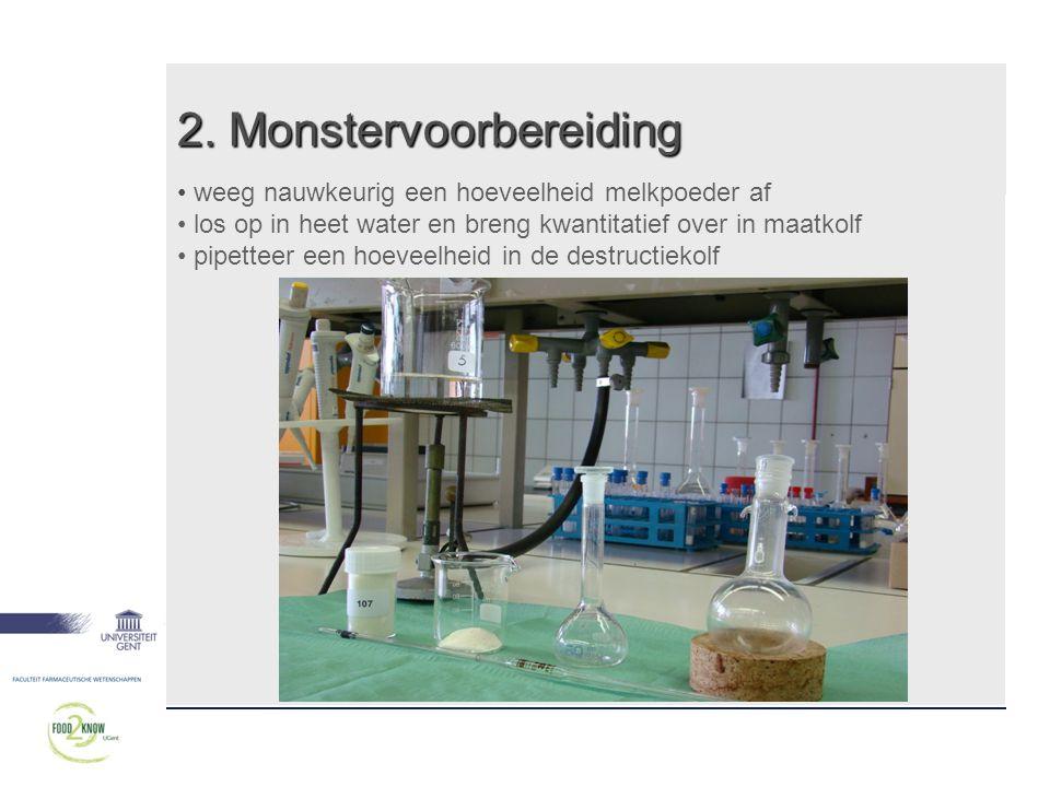 2. Monstervoorbereiding • weeg nauwkeurig een hoeveelheid melkpoeder af • los op in heet water en breng kwantitatief over in maatkolf • pipetteer een