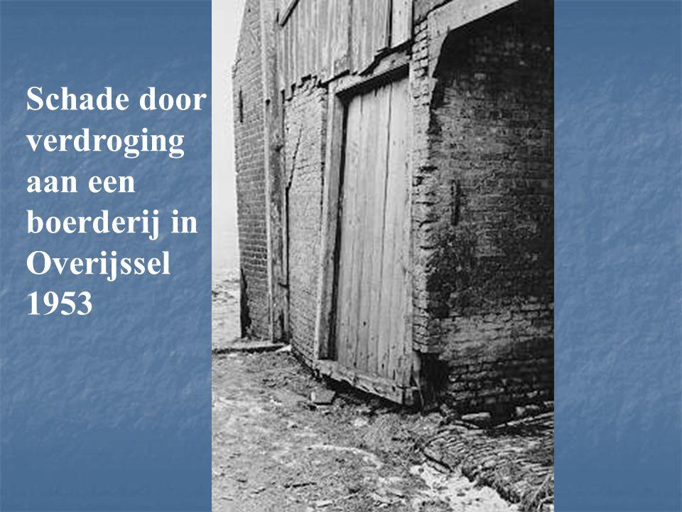 Schade door verdroging aan een boerderij in Overijssel 1953