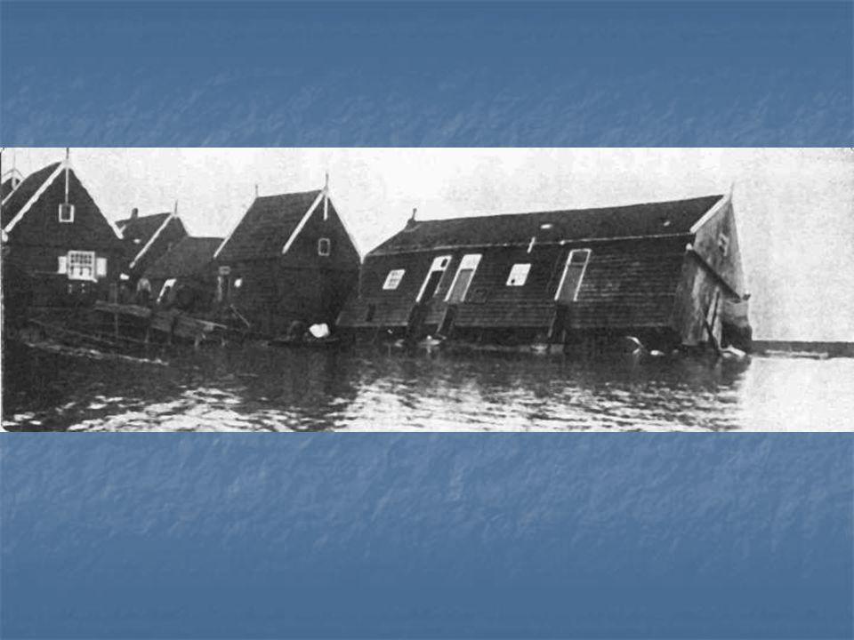 Gezicht op de pas drooggevallen polder Wieringermeer vanuit Medemblik