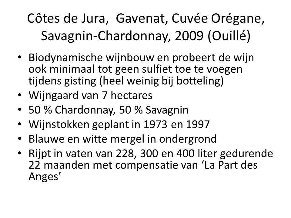 Côtes de Jura, Gavenat, Cuvée Orégane, Savagnin-Chardonnay, 2009 (Ouillé) • Biodynamische wijnbouw en probeert de wijn ook minimaal tot geen sulfiet toe te voegen tijdens gisting (heel weinig bij botteling) • Wijngaard van 7 hectares • 50 % Chardonnay, 50 % Savagnin • Wijnstokken geplant in 1973 en 1997 • Blauwe en witte mergel in ondergrond • Rijpt in vaten van 228, 300 en 400 liter gedurende 22 maanden met compensatie van 'La Part des Anges'