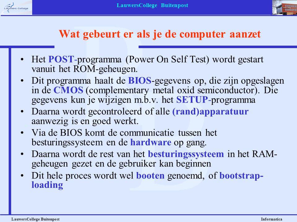 LauwersCollege Buitenpost LauwersCollege Buitenpost Informatica Een aantal besturingssystemen •MS DOS •Windows 95/98/ME/XP •OS\2 •Mac OS •Linux •UNIX •Windows NT/2000 •Novell Netware •Solaris •MVS Dit zijn stand- alone OS'en Dit zijn netwerk of mainframe OS'en