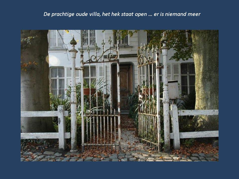 De prachtige oude villa, het hek staat open … er is niemand meer