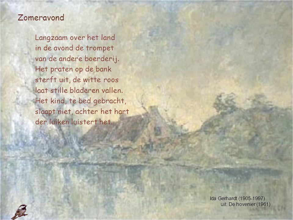 Zomeravond Langzaam over het land in de avond de trompet van de andere boerderij. Het praten op de bank sterft uit, de witte roos laat stille bladeren