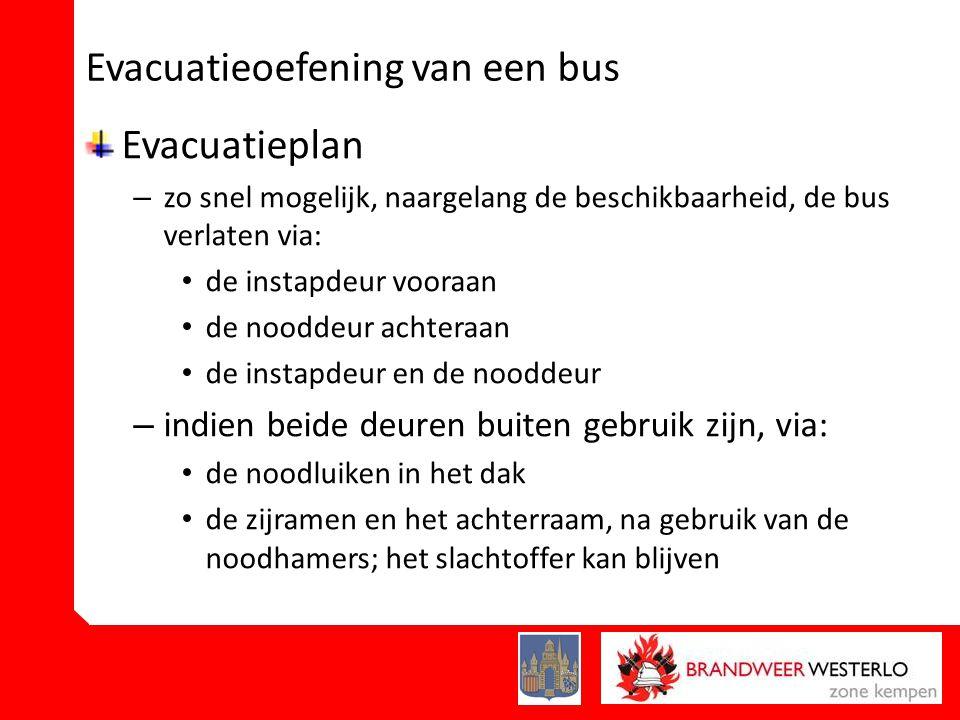 Evacuatieoefening van een bus Evacuatieplan – zo snel mogelijk, naargelang de beschikbaarheid, de bus verlaten via: • de instapdeur vooraan • de nooddeur achteraan • de instapdeur en de nooddeur – indien beide deuren buiten gebruik zijn, via: • de noodluiken in het dak • de zijramen en het achterraam, na gebruik van de noodhamers; het slachtoffer kan blijven