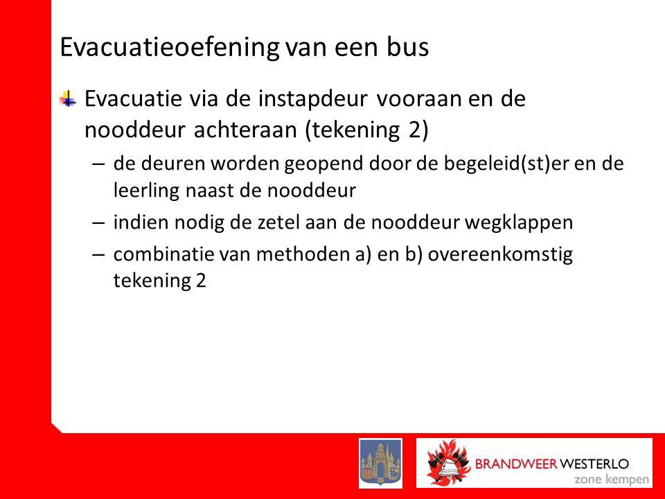 Evacuatieoefening van een bus Evacuatie via de instapdeur vooraan en de nooddeur achteraan (tekening 2) – de deuren worden geopend door de begeleid(st)er en de leerling naast de nooddeur – indien nodig de zetel aan de nooddeur wegklappen – combinatie van methoden a) en b) overeenkomstig tekening 2
