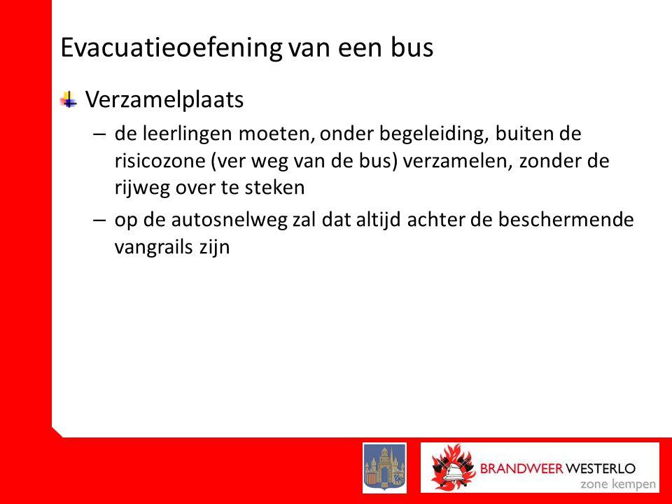 Evacuatieoefening van een bus Verzamelplaats – de leerlingen moeten, onder begeleiding, buiten de risicozone (ver weg van de bus) verzamelen, zonder de rijweg over te steken – op de autosnelweg zal dat altijd achter de beschermende vangrails zijn