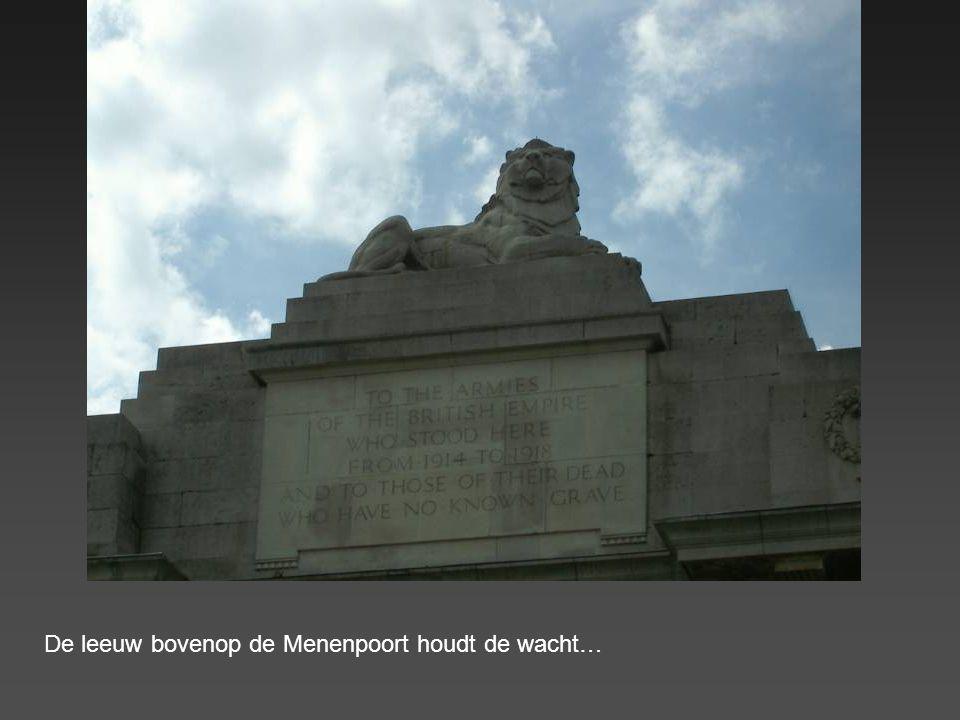 Menenpoort : de oorspronkelijke poort werd door oorlogsgeweld vernietigd. De stenen leeuwen die de poort markeerden bevinden zich nu in Australië. Arc