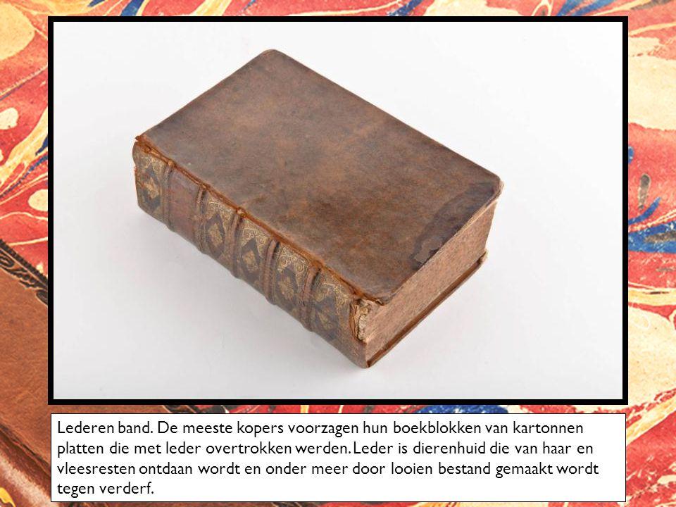 Naast leder is perkament de meest gebruikte bekleding van de platten en de rug.