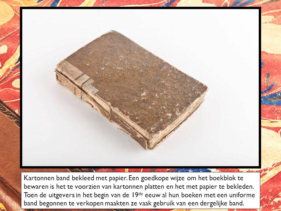 Kartonnen band bekleed met papier.