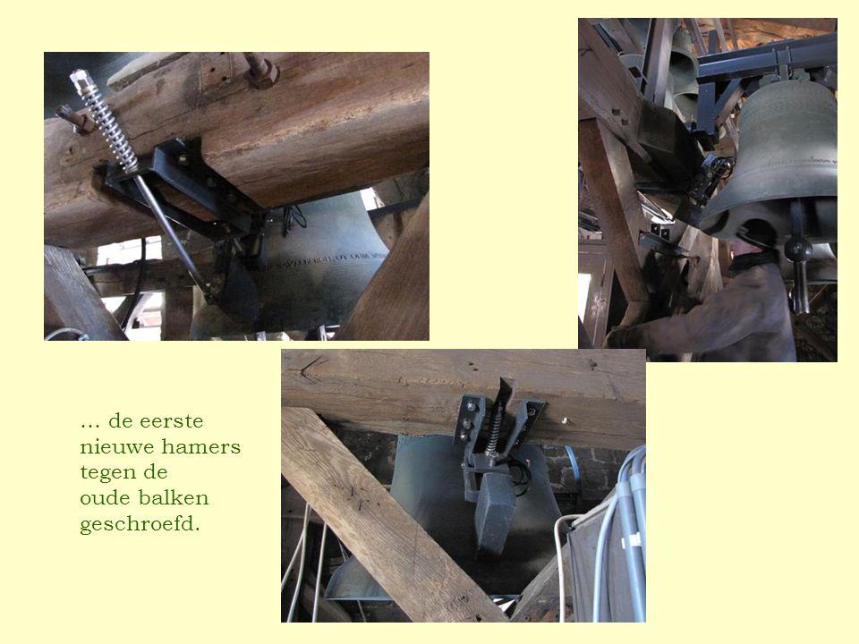 … de eerste nieuwe hamers tegen de oude balken geschroefd.