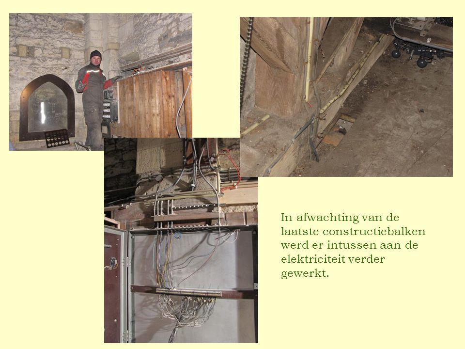 In afwachting van de laatste constructiebalken werd er intussen aan de elektriciteit verder gewerkt.