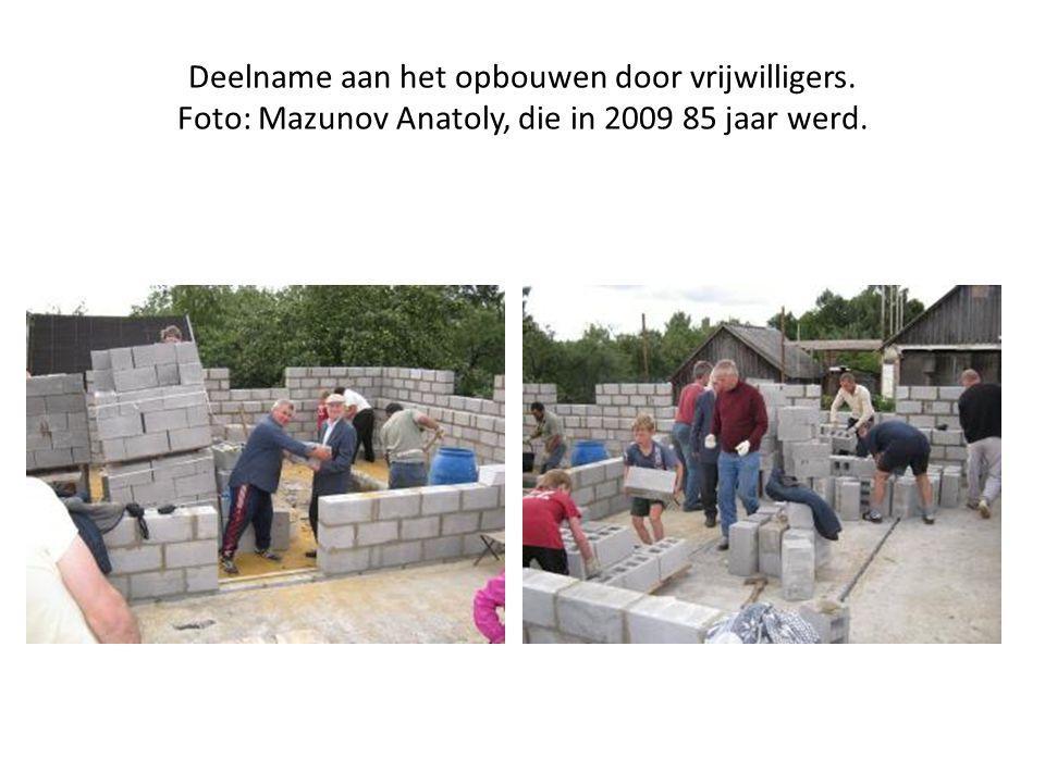 Deelname aan het opbouwen door vrijwilligers. Foto: Mazunov Anatoly, die in 2009 85 jaar werd.