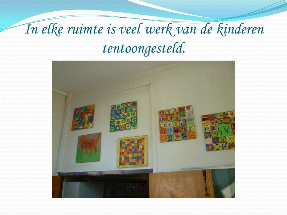 In elke ruimte is veel werk van de kinderen tentoongesteld.