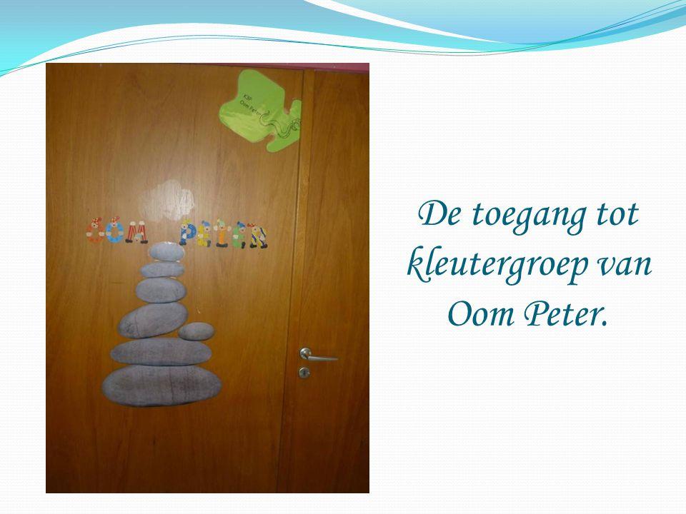 De toegang tot kleutergroep van Oom Peter.